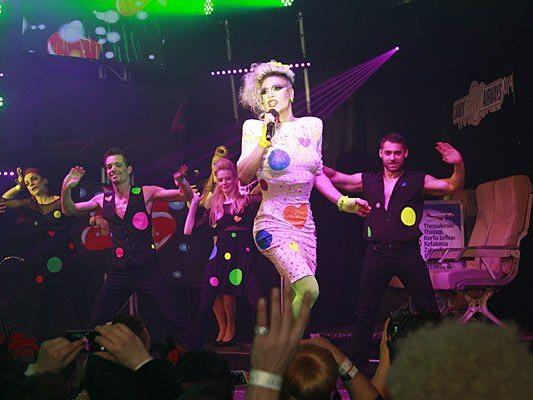 Miss Candy beim Auftritt am Rosenball