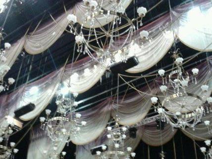 Mit diesen Lustern wurde die Decke des Ballsaals über der Opernbühne geschmückt.