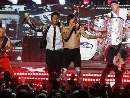 Gut gelaunt präsentierten sich Bruno Mars und die RHCP beim Super Bowl.