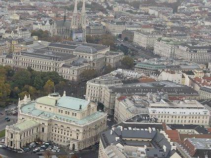 Mehrere Parteien fordern personelle Konsequenzen im Burgtheater.