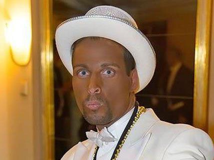 in diesem Aufzug erschien Chris Stephan am Opernball.