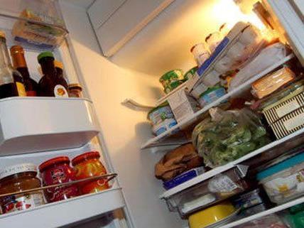 Der Mann hatte Drogen sowie eine Waffe im Kühlschrank.