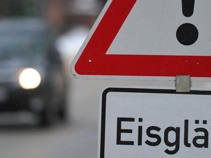 Die Straßenbedingungen in Wien sorgten für einen nächtlichen Großeinsatz.