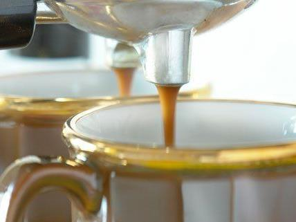 Einen Kaffee trinken, einen Kaffee spenden.