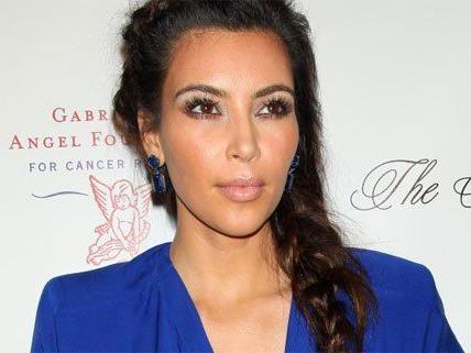 Kim ist nicht ganz zufrieden mit ihrem Vertrag.