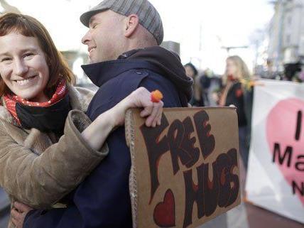 Free Hugs gab es am Valentinstag auf der MaHü in Wien.