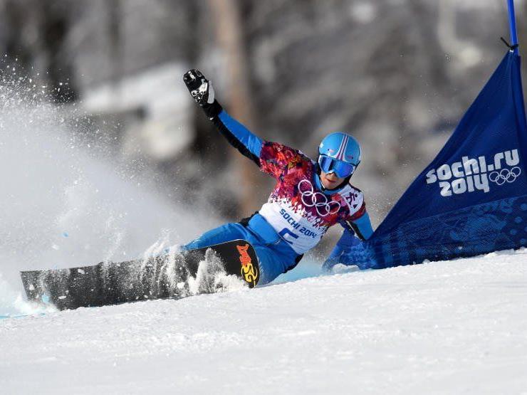 Lukas Mathies während eines Qualifikationslaufes im Snowboard Parallel Riesentorlauf der Herren