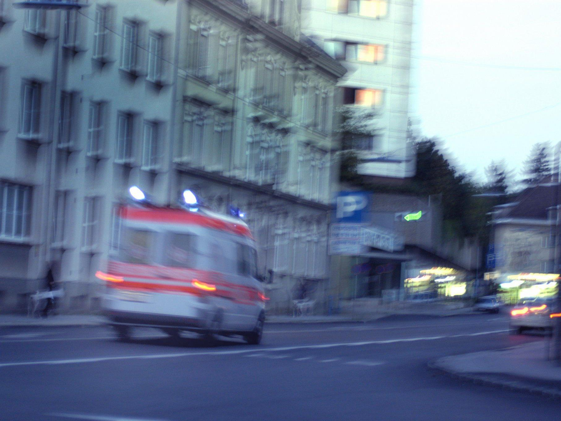 Ein 18-Jähriger wurde bei einem Verkehrsunfall in Wien schwer verletzt.