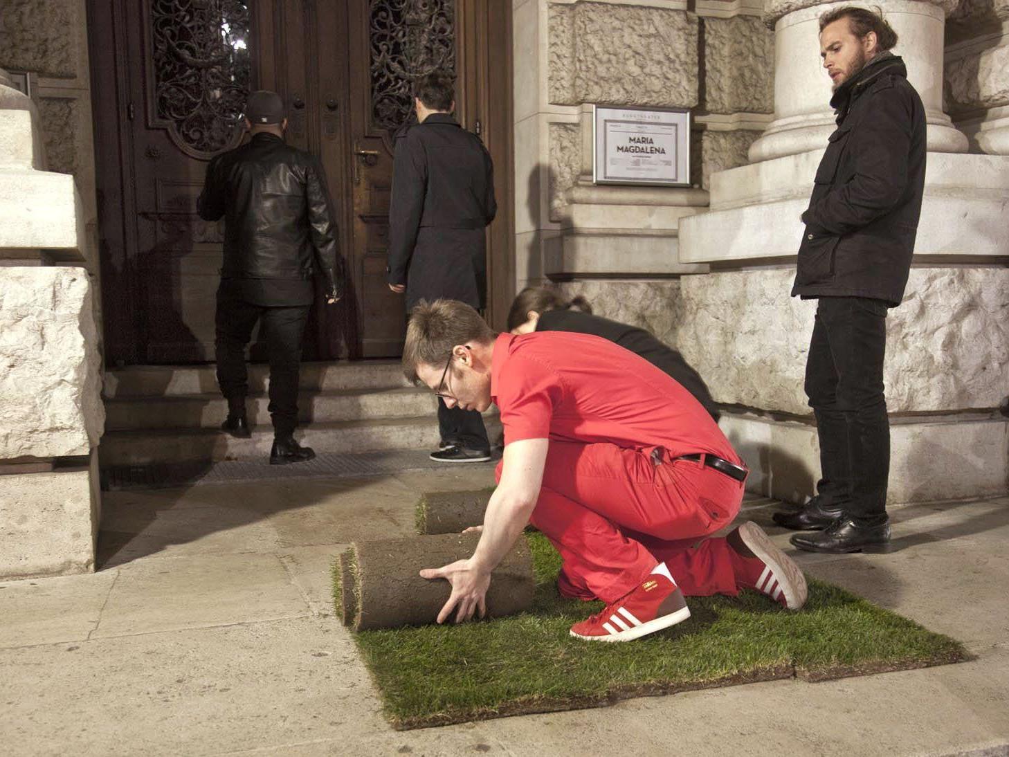 Künstler legte Kunstrasen vor dem Eingang aus