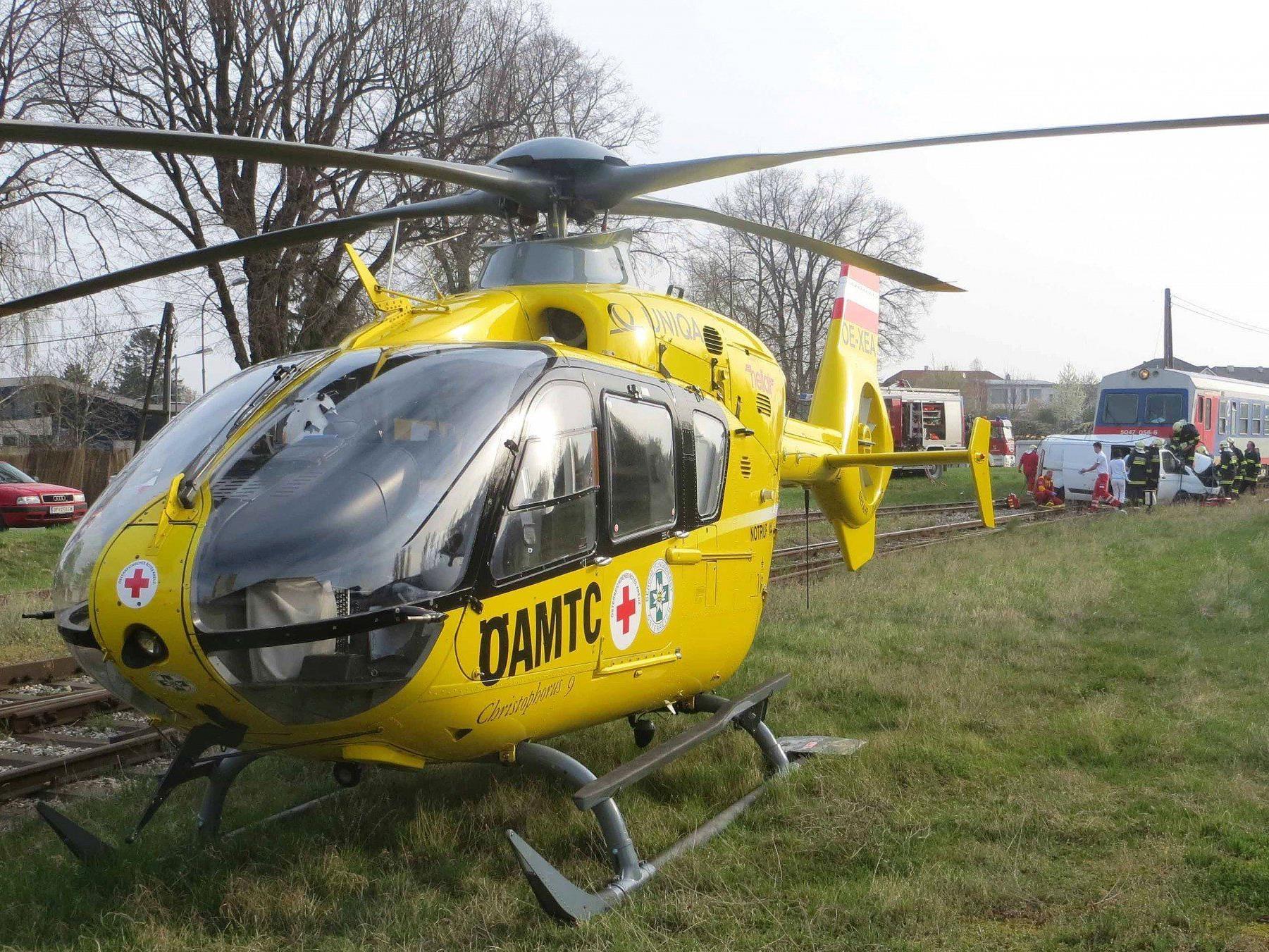 Bei einem Unfall mit einem ÖBB-Triebwagen wurde ein 25-jähriger Autolenker verletzt.