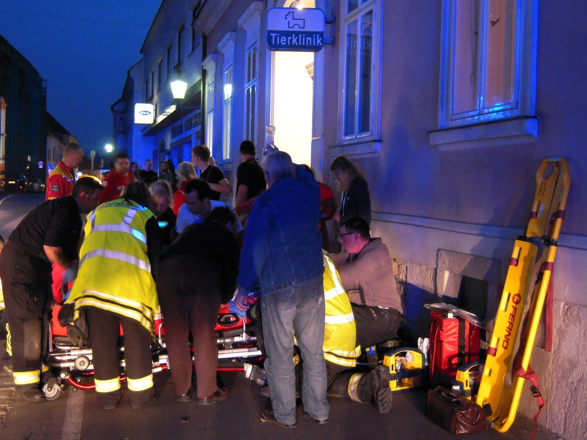 Beim Absturz eines Lastenaufzuges in einer Tierklinik wurden vier Personen verletzt.