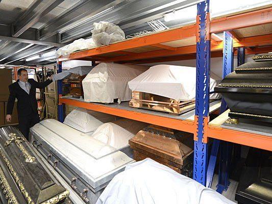 Unterschiedliche Modelle von Särgen im neuen Logistikzentrums der Bestattung Wien