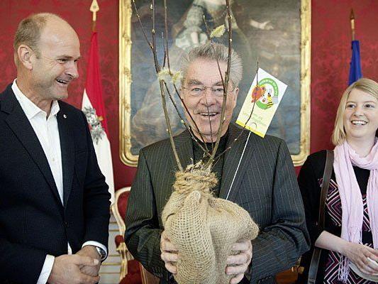 Bundespräsident Heinz Fischer (m.) mit einer Pflanze im Rahmen eines Frühlingsgrußes