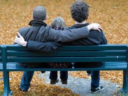 Homosexuelle Paare stoßen auf formale Hürden bei der Adoption.