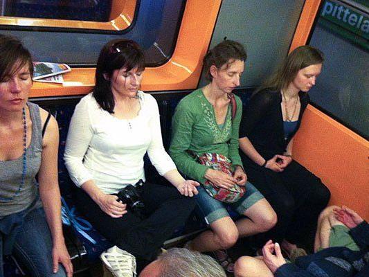 So sieht ein Meditier-Flashmob in der U-Bahn aus