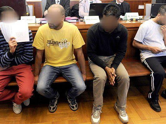 Beschuldigte auf der Anklagebank vor Beginn eines Prozesses wegen Schlepperei am Landesgericht Wiener Neustadt