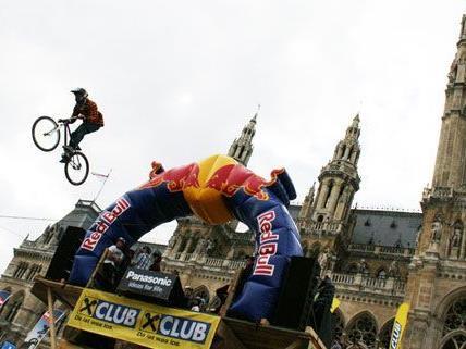 Waghalsige Stunts auf zwei Rädern gibt es beim Bike Festival am Wiener Rathausplatz.