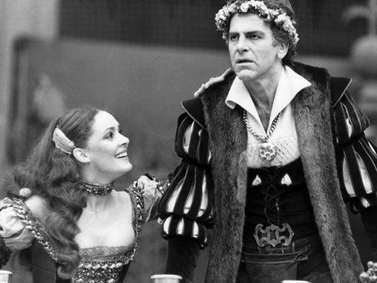 """Im Bild: Schauspieler Maximilian Schell als """"Jedermann"""" und Christine Buchegger als """"Buhlschaft"""" in dem Theaterstück """"Jedermann"""" bei den Salzburger Festspielen 1978."""