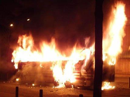 Der Reisebus brannte vollständig aus.
