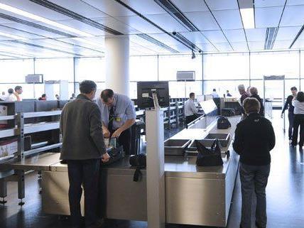 Passagiere bei der Handgepäckkontrolle am Wiener Flughafen.