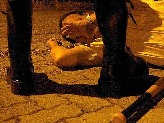 Bei einer brutalen nächtlichen Attaacke wurden drei Männer verletzt