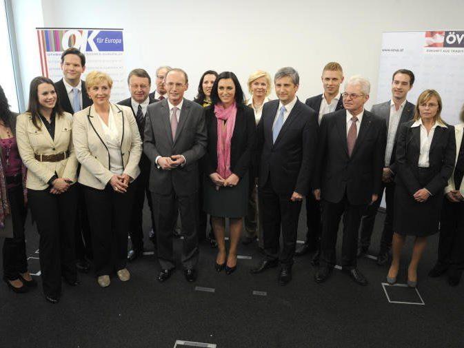 ÖVP-Spitzenkandidat für die EU-Wahl Othmar Karas, Parteichef Michael Spindelegger und das Team der ÖVP.