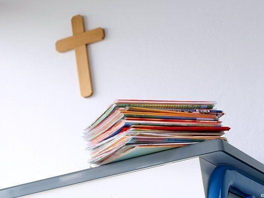 Kreuze an Schulen: Ministerium gibt Anleitung zum Christen-Zählen