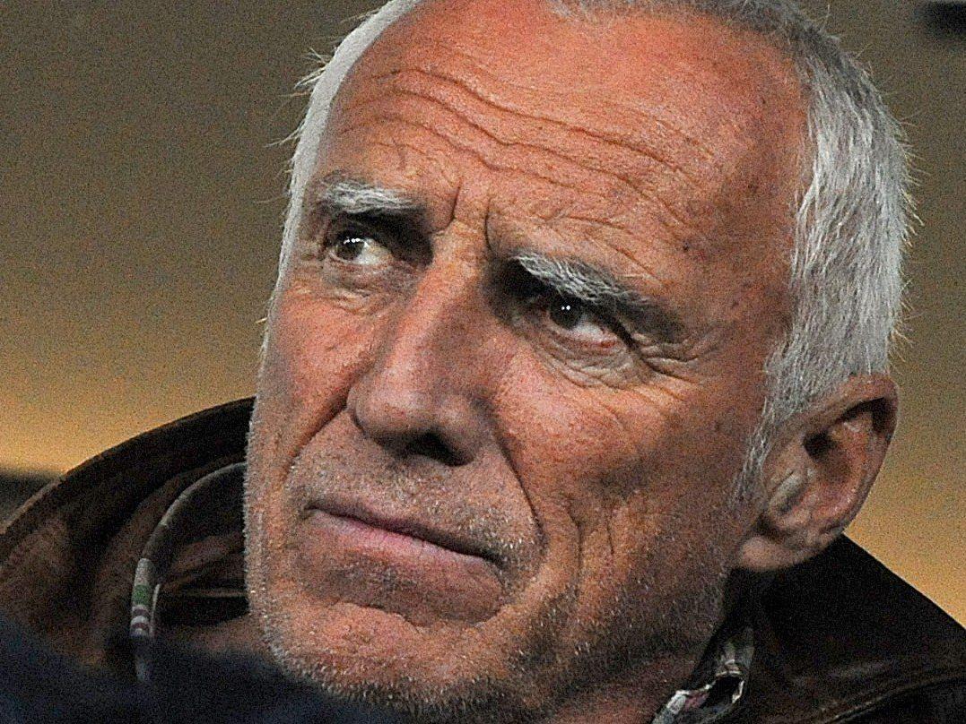Der 69-jährige Milliardär freut sich über den Zuspruch der heimischen Fans.
