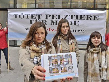 Tierschützerinnen bei der Protestaktion am Montag.