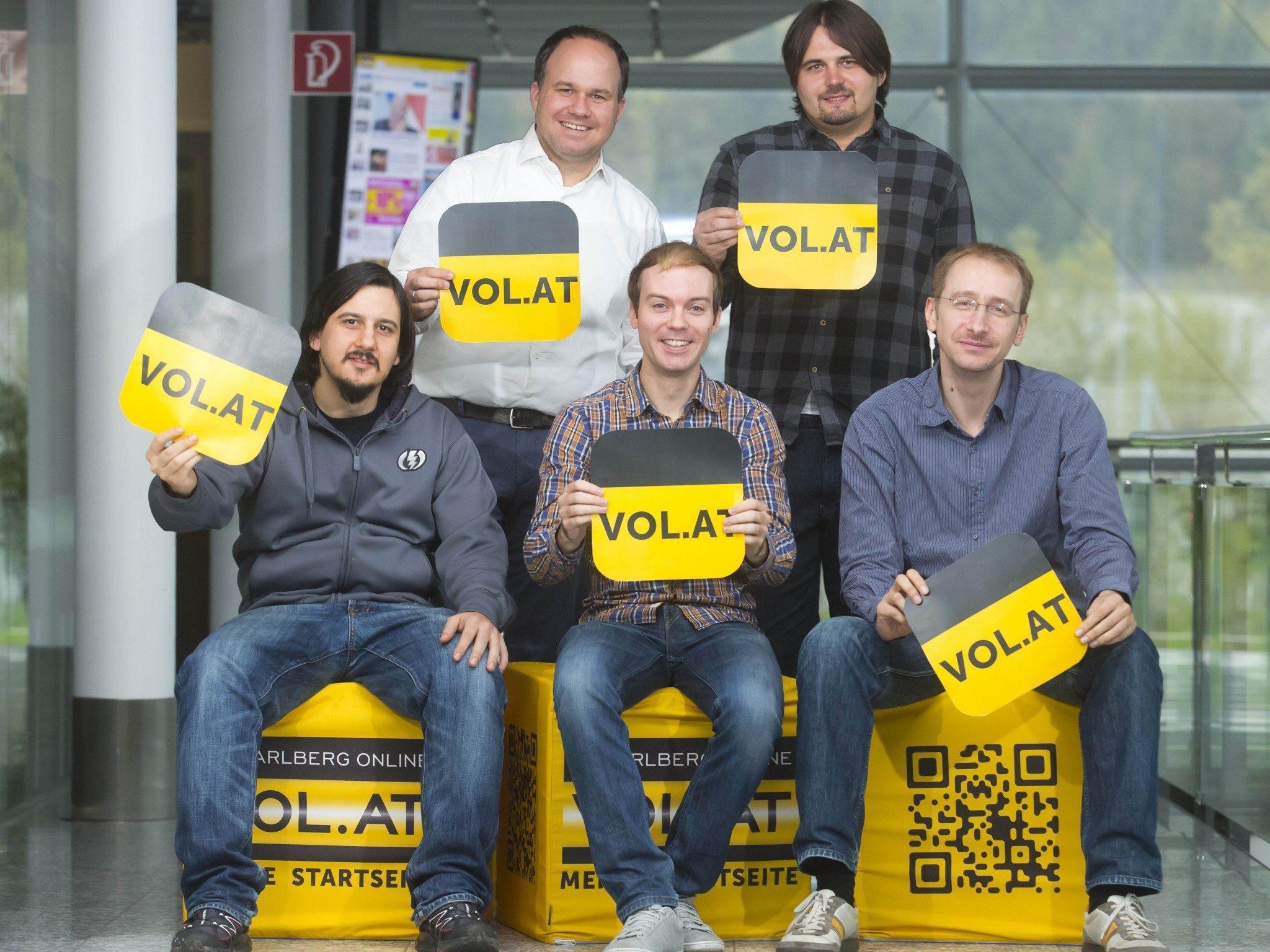 Das VOL.AT-Innovationsteam (hinten, v.l.n.r.: Russmedia Digital-CEO Gerold Riedmann, Dominic Depaoli (techn. Leitung). Vorne, v.l.n.r.: Nikolaus Schauersberger (Android-Entwicklung), Roland Fischl (iOS-Entwicklung), Martin Widmann (Leitung Innovationsteam).
