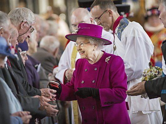 Queen überreichte Senioren symbolisch Münzen