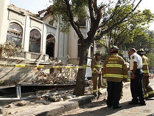 Feuerwehr inspiziert eingestürzte Hausmauer