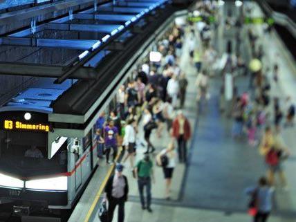 Unfall in U-Bahnstation Volkstheater - 19-Jähriger schwer verletzt