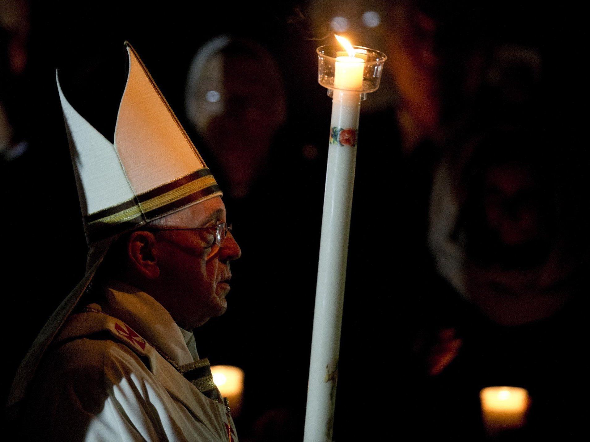 Tausende Gläubige feierten am Samstagabend die Osternacht mit Papst Franziskus.