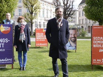 Martin Ehrenhauser präsentiert die Plakate der EU-Wahl.