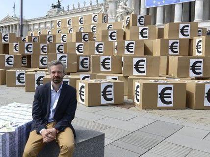 Am Montag stapelte das Bündnis Europa anders Kartonschachteln vor dem Parlament.