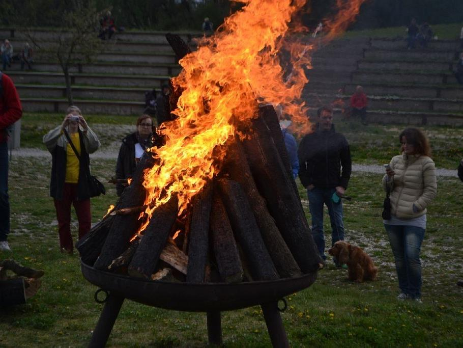 Traditionelles Osterfeuer Am Himmel.