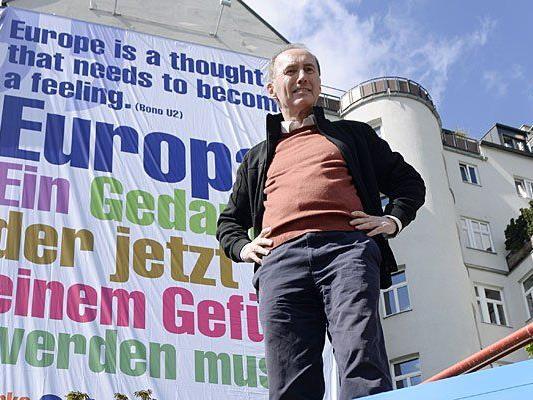Othmar Karas, Vizepräsident des EU-Parlaments und ÖVP-Delegationsleiter, vor einem der Plakate