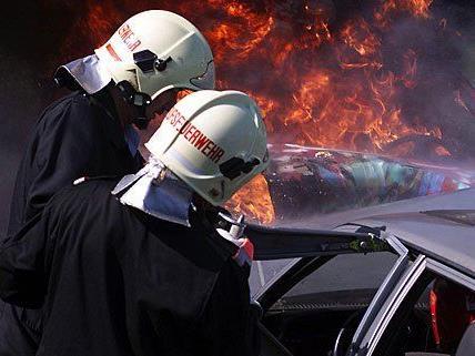Die Feuerwehr musste brennende Fahrzeuge löschen