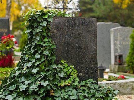Auf einem Friedhof wurde eine Frau überfallen