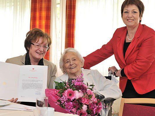 Die Jubilarin Margarete Cisl freut sich über die Glückwünsche von Marianne Klicka und Gabriele Votava