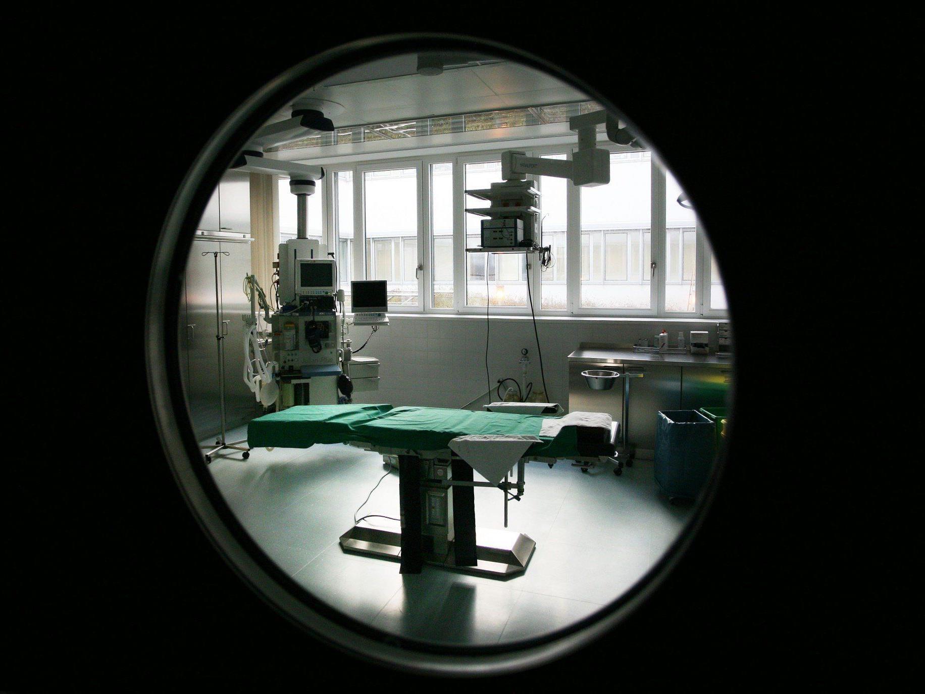 """""""Tragischer Zufall"""": 52-jähriger Chirurg erleidet im OP tödlichen Herzinfarkt."""
