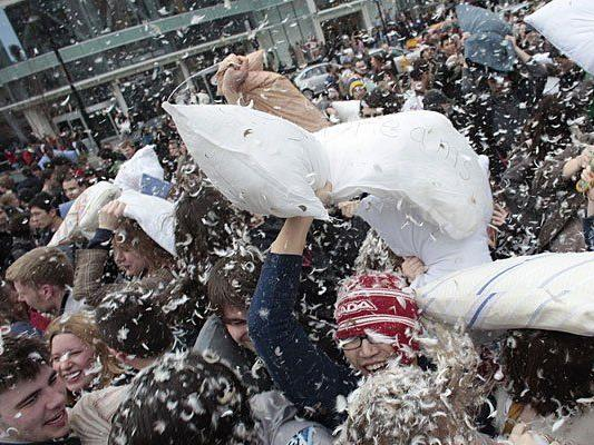 Der International Pillow Fight Day wird weltweit begangen - hier etwa in Toronto