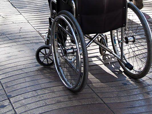 Gehbehinderte Frau die angab beraubt worden zu sein entpuppt sich als Betrügerin