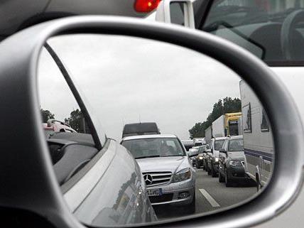 An mehreren geparkten Autos wurden die Seitenspiegel demoliert