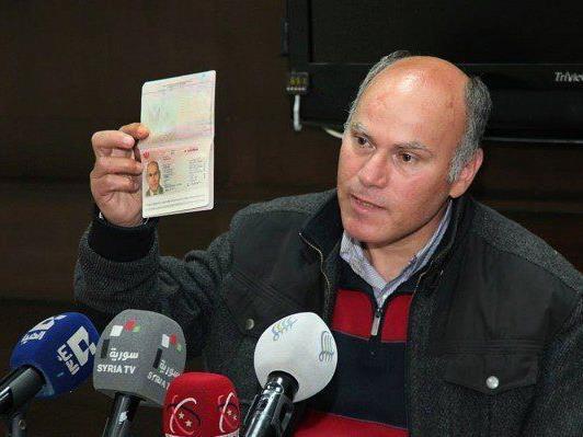 Wieder frei: Der Österreicher Anton S. hält seinen Pass in die Kameras