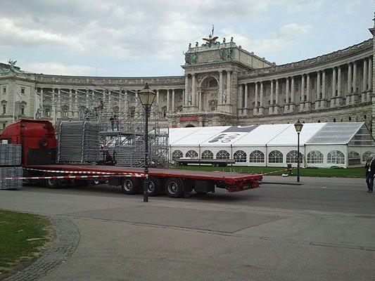 Aufbau für den Wien-Marathon am Heldenplatz