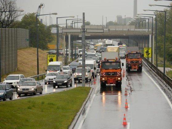 Die Frau wollte auf die A4 hinunterspringen, wurde jedoch von der Brücke gerettet