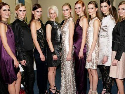 Designerin Elke Freytag (4.v.l.) präsentierte ihre neue Kollektion.