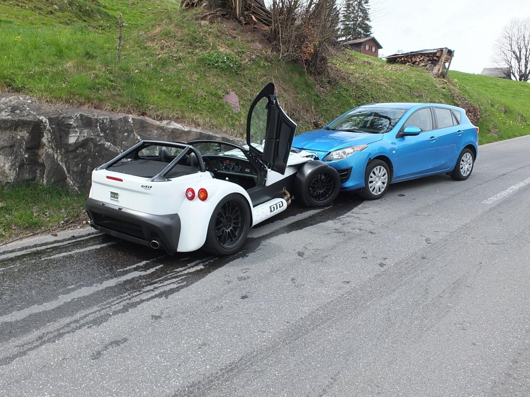 Neuer Sportwagen bei Kollision beschädigt